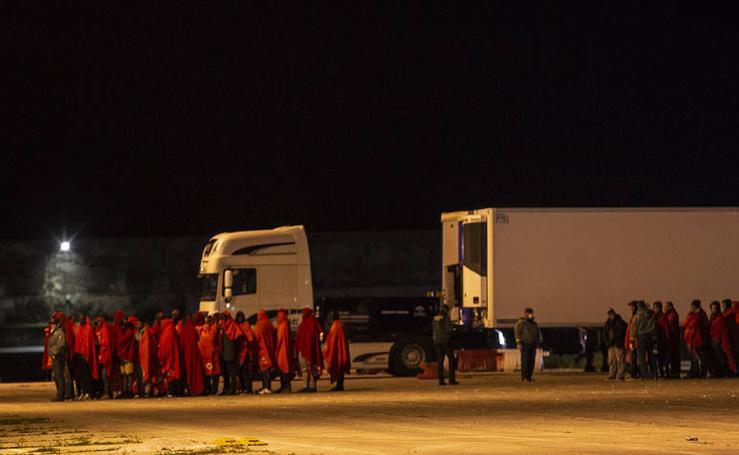 Llega a Motril una patera con tres cadáveres rescatados en las cercanías de la isla de Alborán