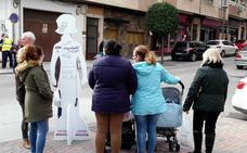 Torredelcampo amanece lleno de siluetas de mujer contra la violencia machista