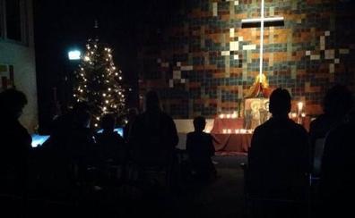 Un grupo de 300 curas celebran por relevos una misa continua para proteger a unos refugiados acogidos al templo