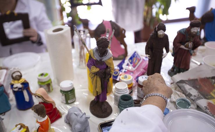 Un taller prepara las figuras para el certamen motrileño de belenes
