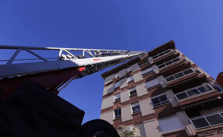 Los bomberos de Motril actúan en un edificio de cinco plantas por el desprendimiento de una canaleta