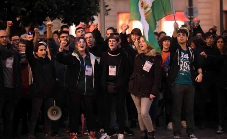 Centenares de jóvenes en Granada se concentración «contra el fascismo» tras las elecciones andaluzas