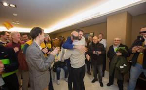 Vox entra en el Parlamento con sosiego y vivas a España