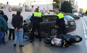 Un herido tras un accidente entre un coche y una moto en el Paseo de la Bomba
