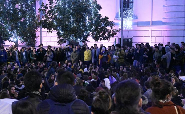 La asamblea de plaza del Carmen se divide: un grupo empieza una manifestación y otros acampan