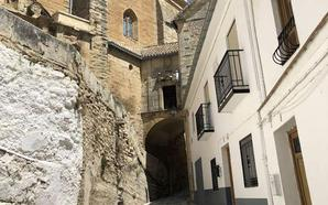 Absuelto de un delito contra el honor por unos libros de Alhama de Granada