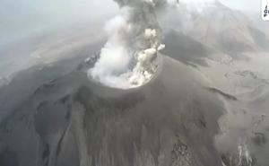 La espectacular vista de pájaro de un volcán en erupción
