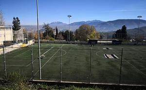 El Ayuntamiento repara el césped de los campos de fútbol de barrio