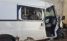 Atrapada en su coche tras precipitarse por un terraplén en Mengíbar