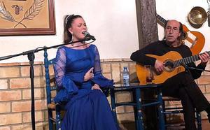 Un numeroso grupo de cantaores locales brindan su apoyo hoy a 'La Taranta'