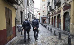 Condenan a un chaval a pagar 1.470 euros por atentar contra tres policías tras robar un zumo en Granada