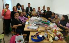 Monachil ahorrará más de 10.000 euros en luces de Navidad gracias a los adornos artesanales fabricados por sus vecinas