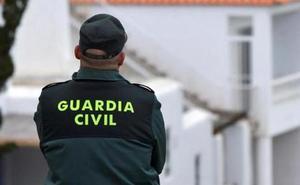 Tres arrestados por el atraco con una pistola en el Hogar del Pensionista de Villanueva de Mesía