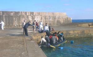 Un grupo de unos 70 inmigrantes llegan en una embarcación a la isla de Alborán