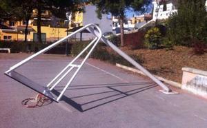 El mal estado de canastas y porterías provoca una decena de incidentes en niños, uno de ellos en Granada