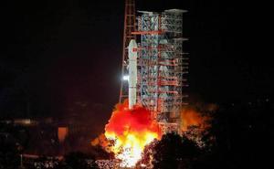 China lanza la primera nave para explorar la cara oculta de la Luna