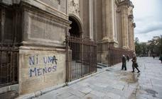 Los grafitis que ensucian los muros de la Catedral de Granada