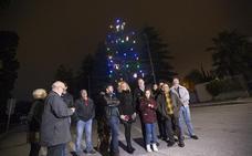 El puerto de Motril ilumina por segundo año el árbol natural vivo más alto de Europa