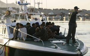 Menores de origen magrebí llegan en una patera a la playa de La Herradura