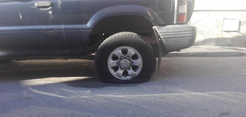 Más de 14 coches amanecen en Dúrcal con las ruedas pinchadas