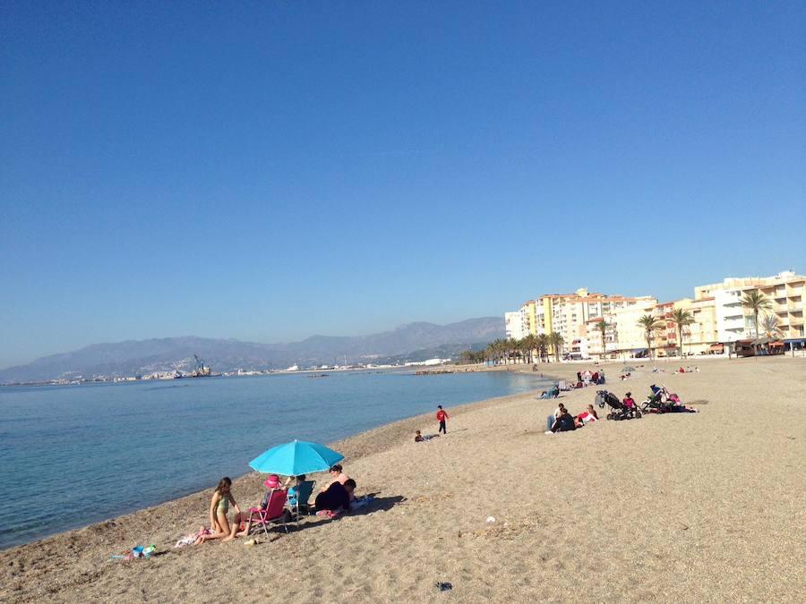 Los granadinos toman el sol en las playas de la costa a 15 días de la Navidad