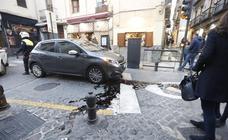 Un vehículo de un turista se queda atrancado en las pilonas de calle Elvira