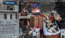 Un ataúd 'navideño', el raro reclamo de una funeraria gallega con fines solidarios