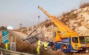 Reabierta la A-92 en Albolote tras más de seis horas cortada por el accidente de un camión