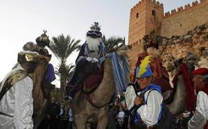 Los Reyes Magos envían a sus tres emisarios a Almería con guiño a la Semana Santa y al asociacionismo