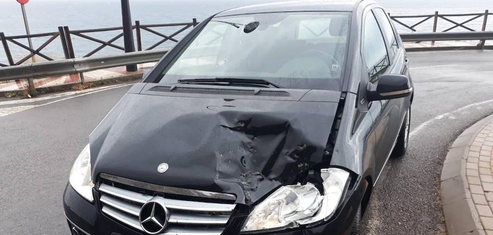 Cae una roca de medio metro sobre un vehículo en el Cañarete