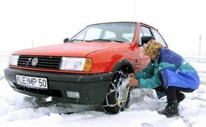 La DGT te enseña en el centro de Granada cómo montar cadenas en las ruedas para la nieve