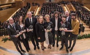 Juan Marín y Juanma Moreno, el apretón de manos más esperado en la noche de los Premios IDEALES