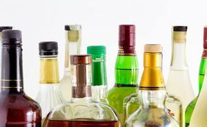 Roban 36 botellas de licor de un supermercado de Granada utilizando un doble fondo en los chaquetones