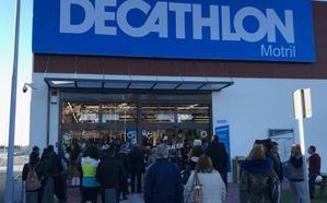 El nuevo parque comercial de Motril inaugura Decathlon con colas, furor y alfombra roja