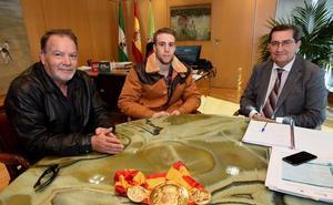 El campeón de España John Carter, felicitado por el presidente de la Diputación de Granada