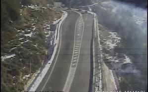 Abierto al tráfico el acceso a la Hoya de la Mora tras permanecer cortado por acumulación de nieve