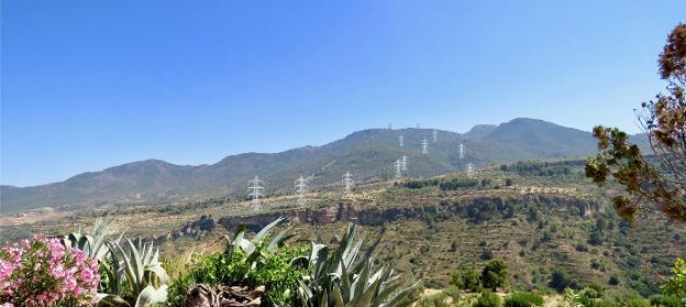 Recreación del tendido eléctrico en Albuñuelas por la plataforma 'Di no a las torres'. /IDEAL