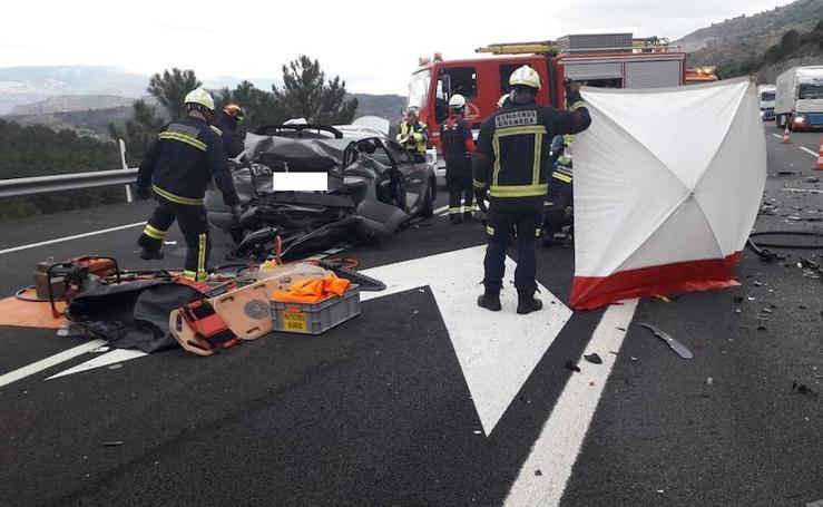 Fallece una mujer y dos personas resultan heridas graves en un accidente en la A-92