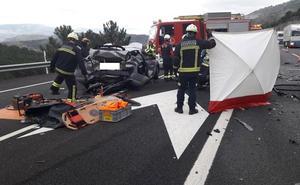 Una mujer muerta y dos heridos graves al ser embestido su coche averiado por otro vehículo