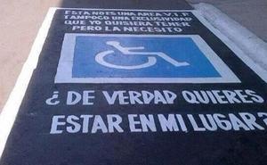 La DGT advierte: estas son las consecuencias de aparcar en una plaza para discapacitados