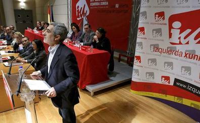 Alberto Garzón amenaza a Llamazares con la expulsión de IU por su apoyo a Actúa