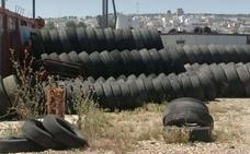 La Junta asume la retirada de miles de ruedas del mayor vertedero ilegal de la provincia