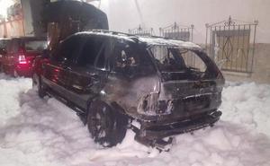 Arde un coche en Peñamefécit y un contenedor en Santa Isabel