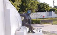 Los vándalos asaltan Salobreña: grafitis, estatuas pintadas y un pato muerto