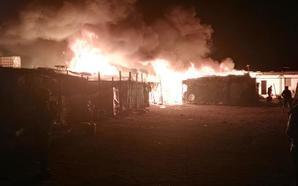 Un incendio de un asentamiento en Níjar calcina 18 chabolas y deja dos heridos, uno de ellos grave