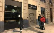 Clausuran el Starbucks de Gran Vía por falta de documentación