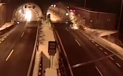 'Vuela' con su coche en un espectacular accidente y sobrevive