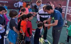 Roberto Carballés anima a los niños de la RST en un clínic organizado en el Serrallo