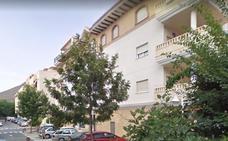 Un joven borracho cae al vacío en un bloque de pisos en Gualchos