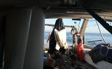 Pescadores de Motril alertan del riesgo de toparse con pateras abandonadas